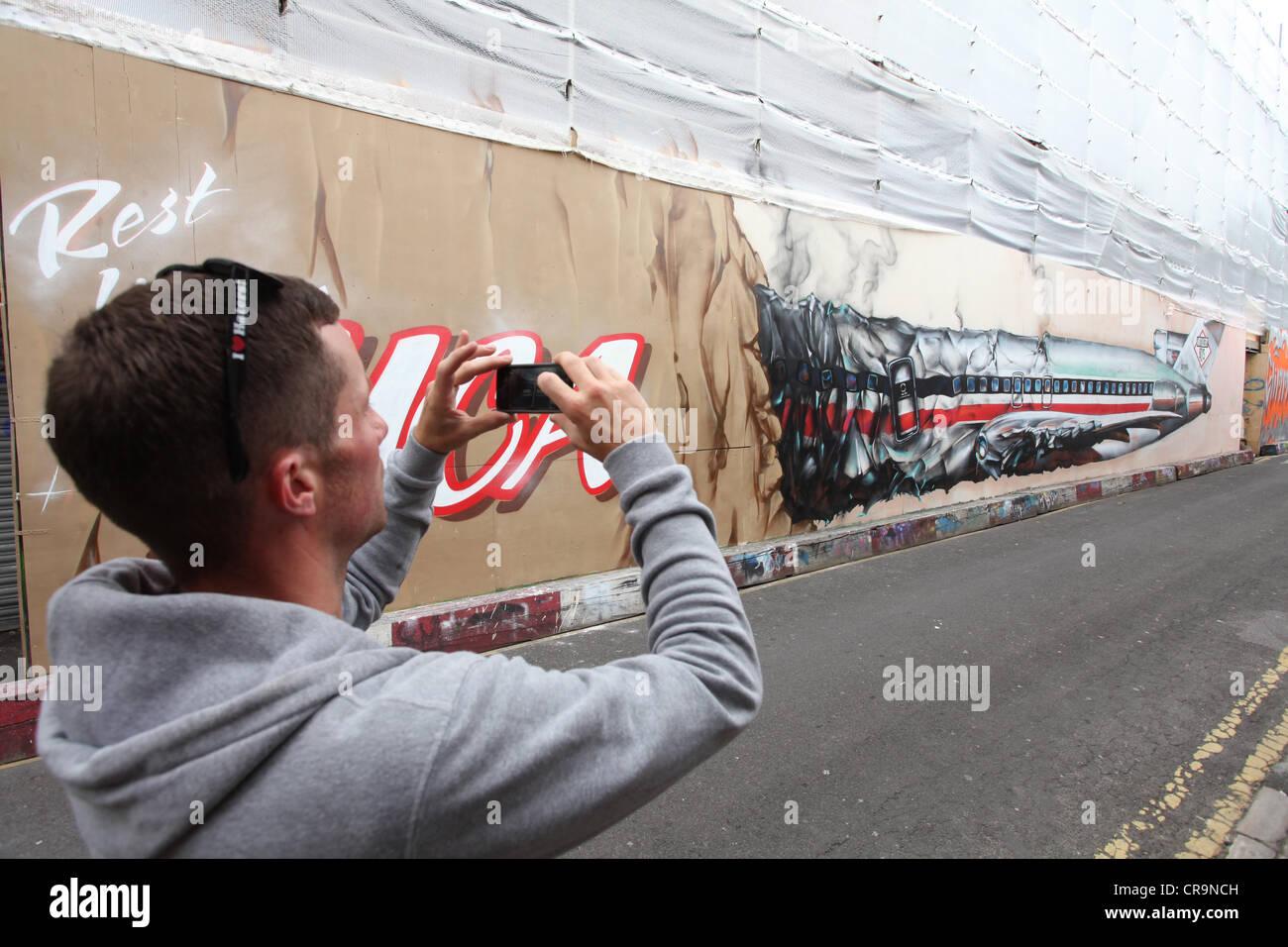 Graffiti homenaje a Beastie Boy Adam Yauch, conocido como MCA de 47 años de edad fallecido el 4 de mayo de 2012. Foto de stock