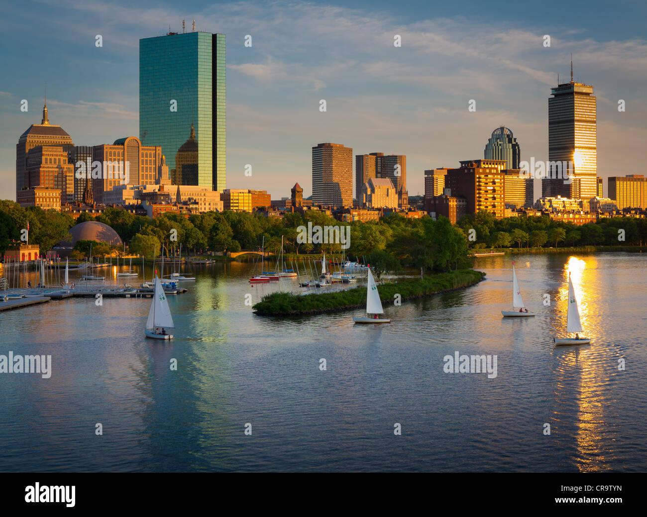 Boston y el Charles River visto desde Longfellow Bridge. Foto de stock