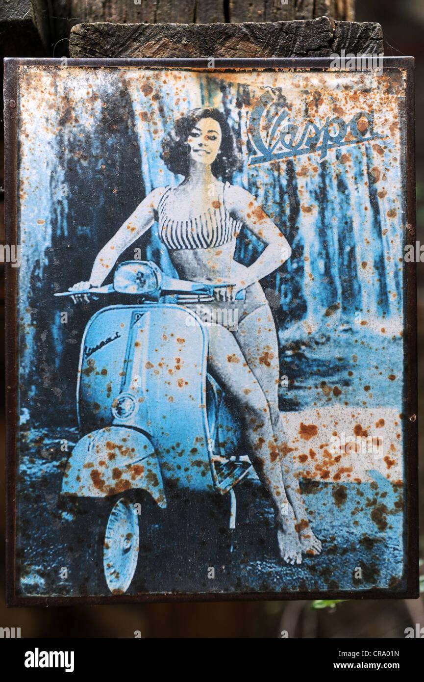 Vieja Vespa scooter anuncio Imagen De Stock