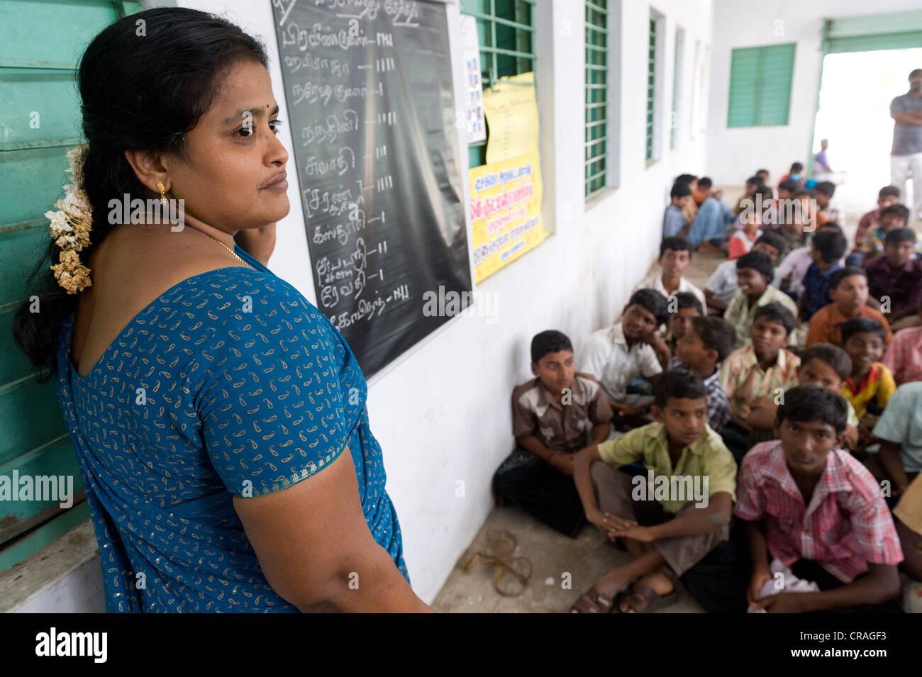 Maestro, los niños, la escuela nocturna Sevandhipalayam cerca de Karur, Estado de Tamil Nadu, en el sur de Imagen De Stock