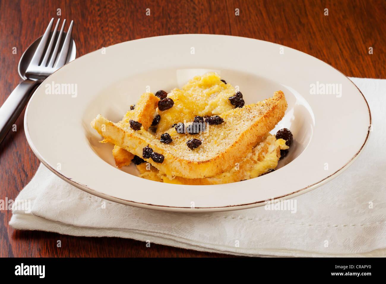 Una porción de budín de pan casero y mantequilla. Imagen De Stock