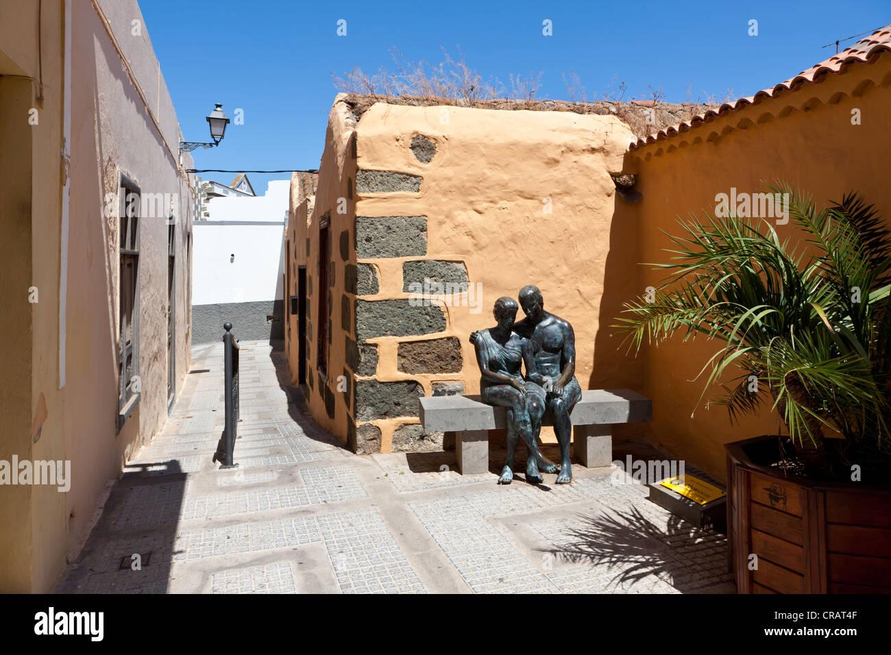 Village square con figuras de bronce Aspectos del Amor en el centro histórico de Agueimes, Gran Canaria, Islas Imagen De Stock