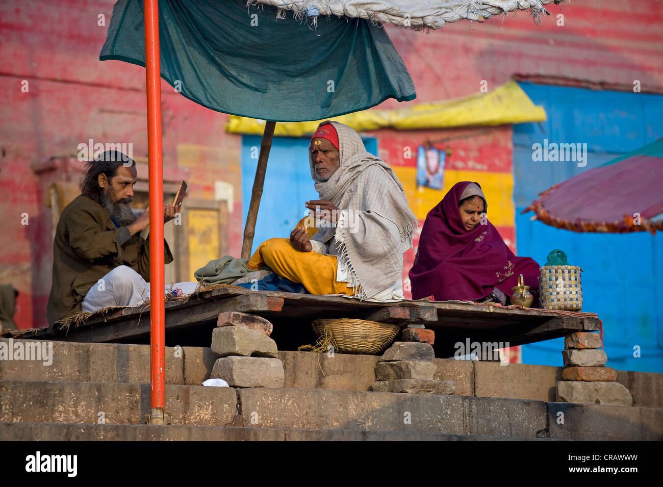 Los hombres en los Ghats o escaleras, santo Ganges, Varanasi, Uttar Pradesh, India, Asia Imagen De Stock