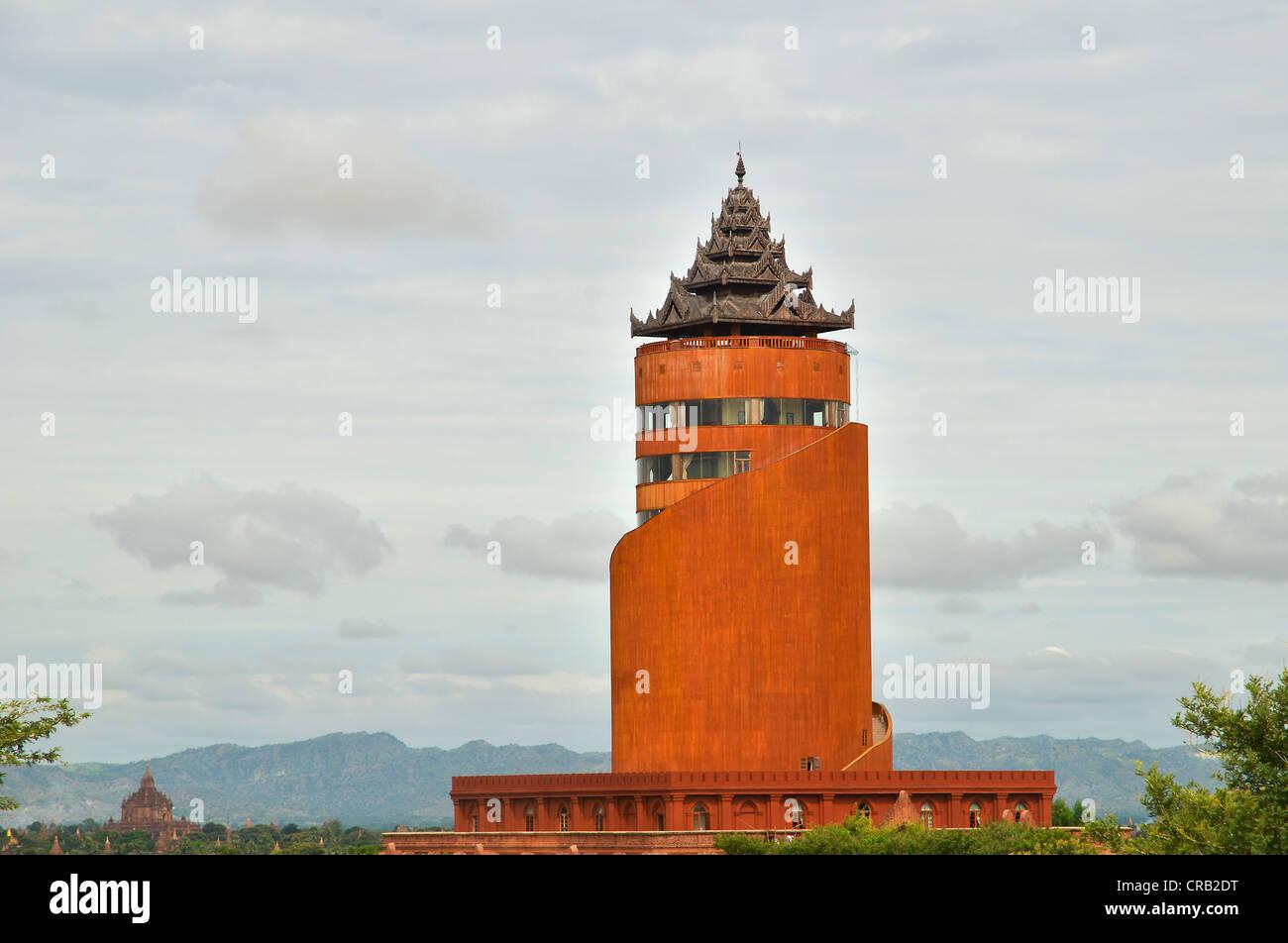 Nueva y moderna torre de observación del gobierno militar construido de hormigón en un estilo pagoda, Bagan, Myanmar, Birmania Foto de stock