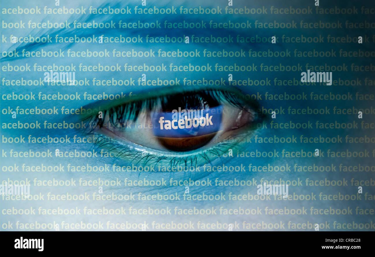 Ojo mirando a un ordenador con el logotipo de Facebook, imagen simbólica Imagen De Stock