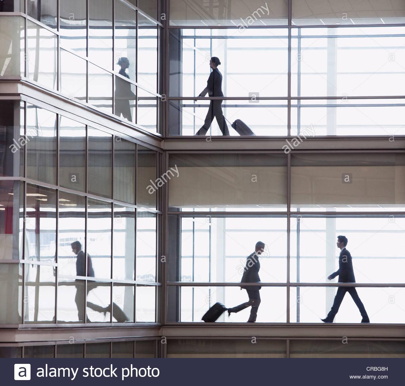 Los empresarios caminando a lo largo de corredor en oficina moderna Imagen De Stock
