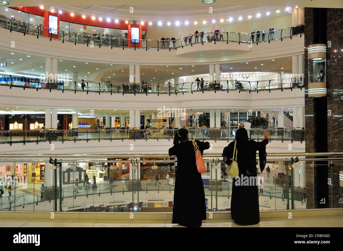 Dos mujeres en el centro de la ciudad, Centro comercial, Doha, Qatar Imagen De Stock