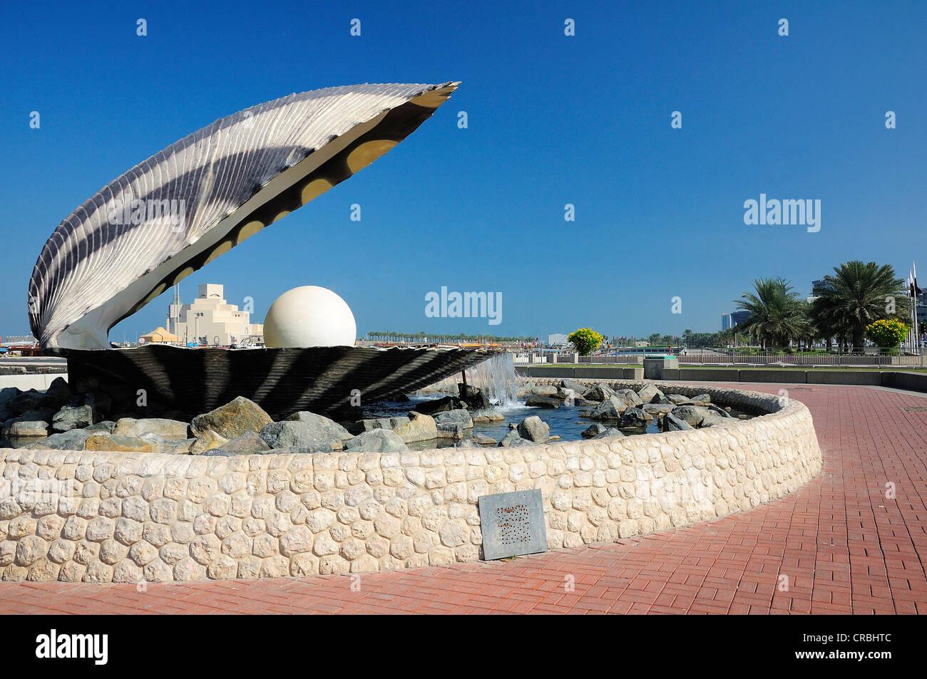 Ostra perla y fuente, Corniche, Doha, Qatar, Oriente Medio Imagen De Stock