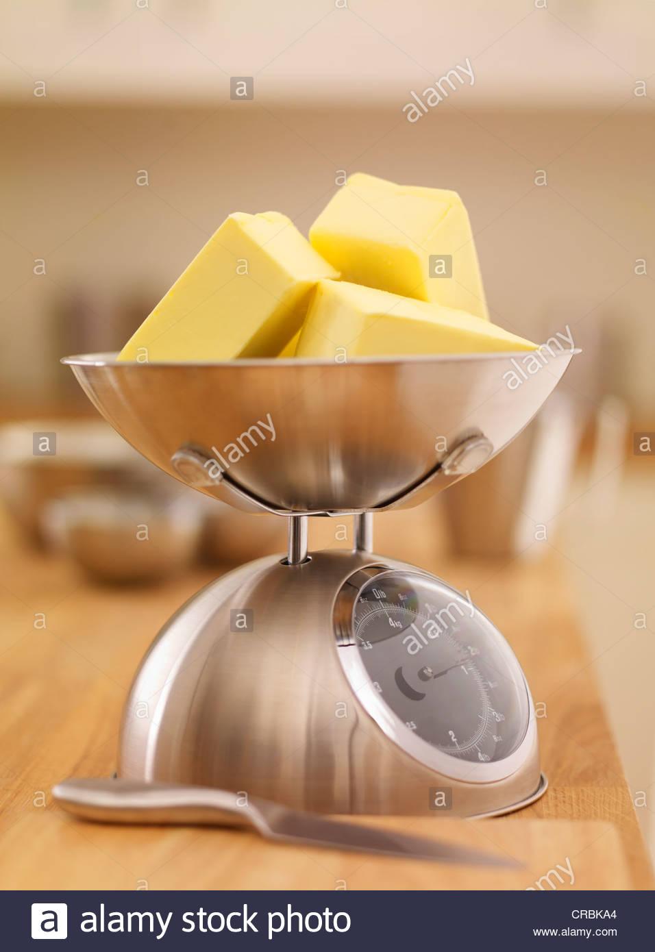 Los cubos de mantequilla en la escala Imagen De Stock