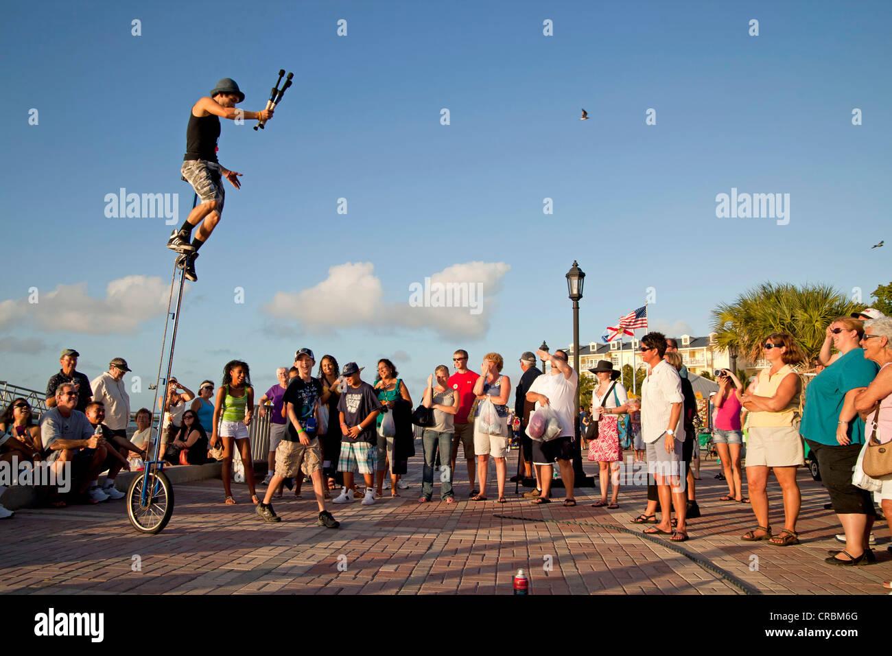 Los artistas callejeros y espectadores en Mallory Square en Key West, Florida Keys, Florida, EE.UU. Foto de stock