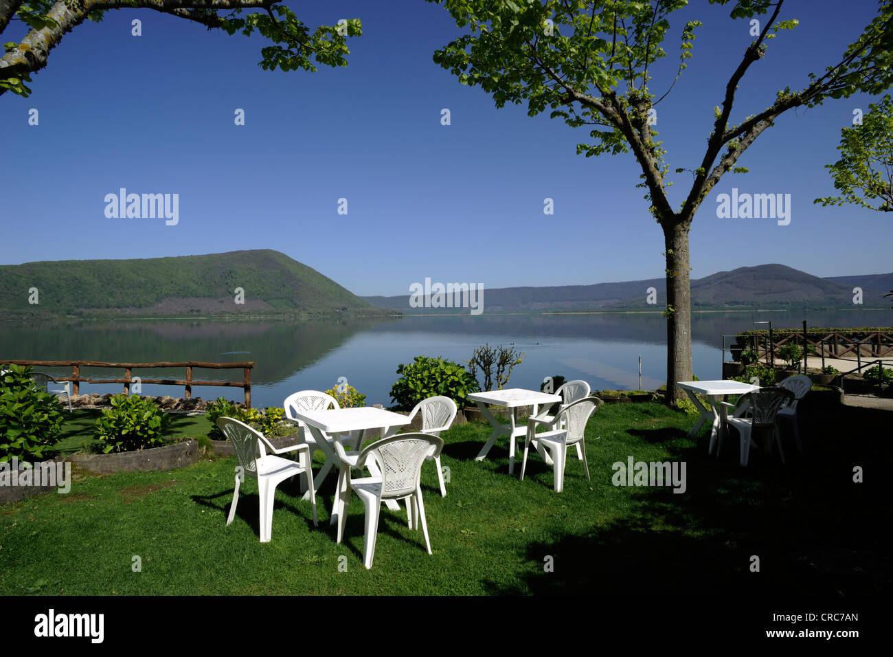 Italia, Lazio, Vico lago, Lakeside Café Imagen De Stock