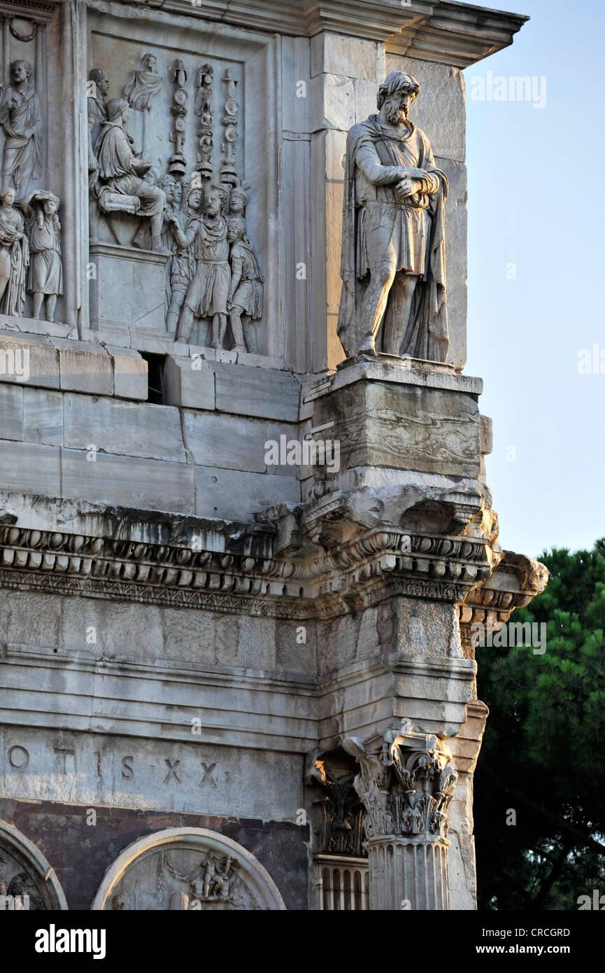 Estatua de un preso de Dacia con buhardilla alivio en el Arco de Constantino, la Piazza del Colosseo, Roma, Lazio, Imagen De Stock
