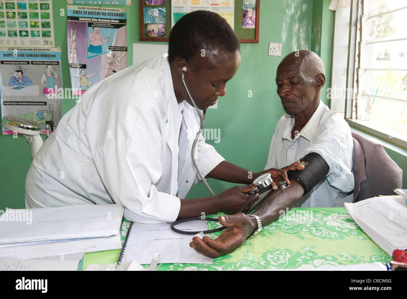 El médico y el paciente en un hospital cerca de Bukoba, Tanzania, África Imagen De Stock