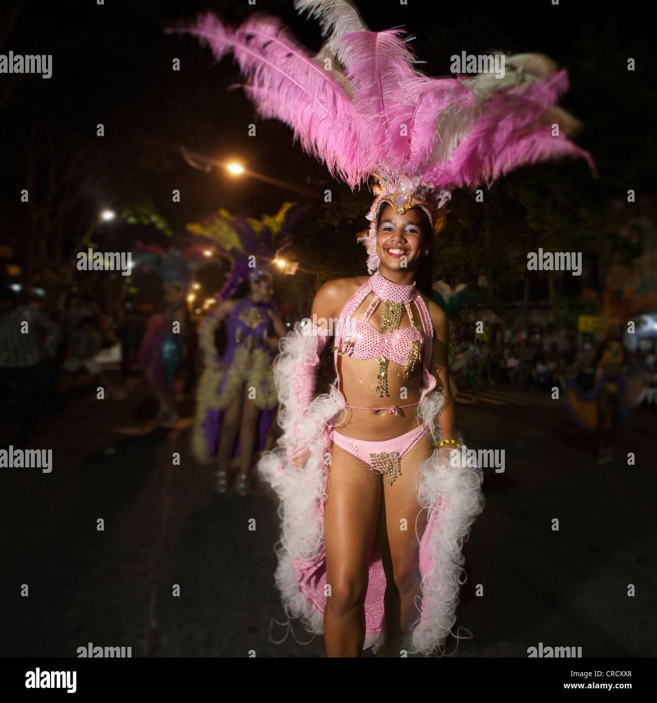 Desfile de llamadas durante las celebraciones de carnaval en Colonia del Sacramento, Uruguay. Imagen De Stock