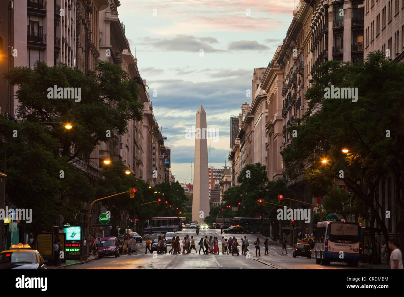 Obelisco de Buenos Aires, el obelisco, el monumento famoso de Buenos Aires, Plaza de la Republica, en la intersección Imagen De Stock