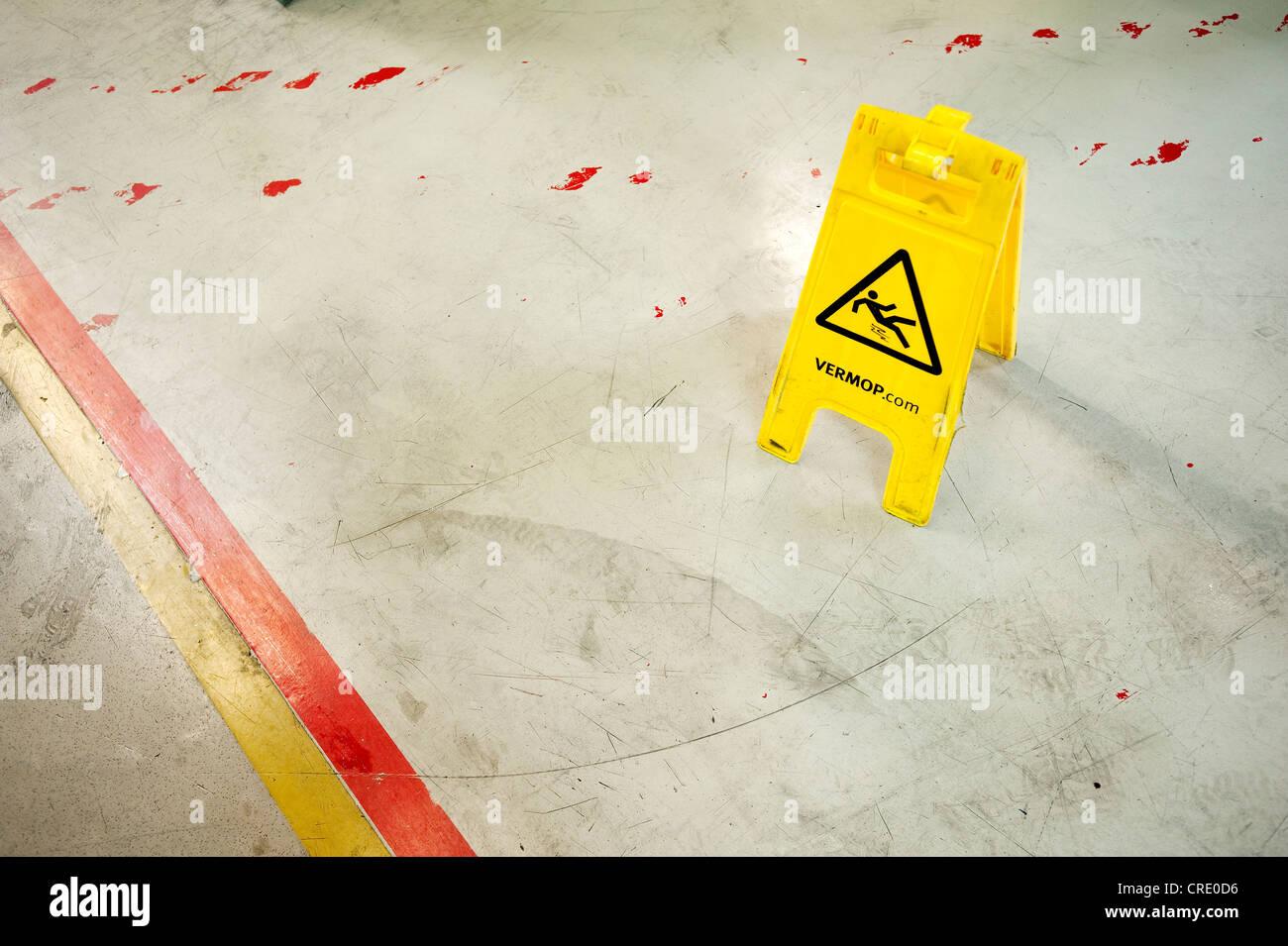 Precaución VERMOP resbaladizo, señal de advertencia Imagen De Stock