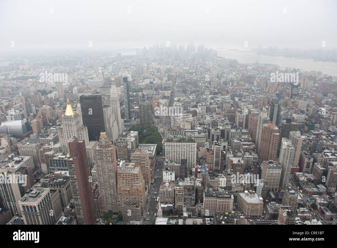 Metropolis, mar de casas, vista desde el Empire State Building hasta los rascacielos del distrito financiero en Imagen De Stock