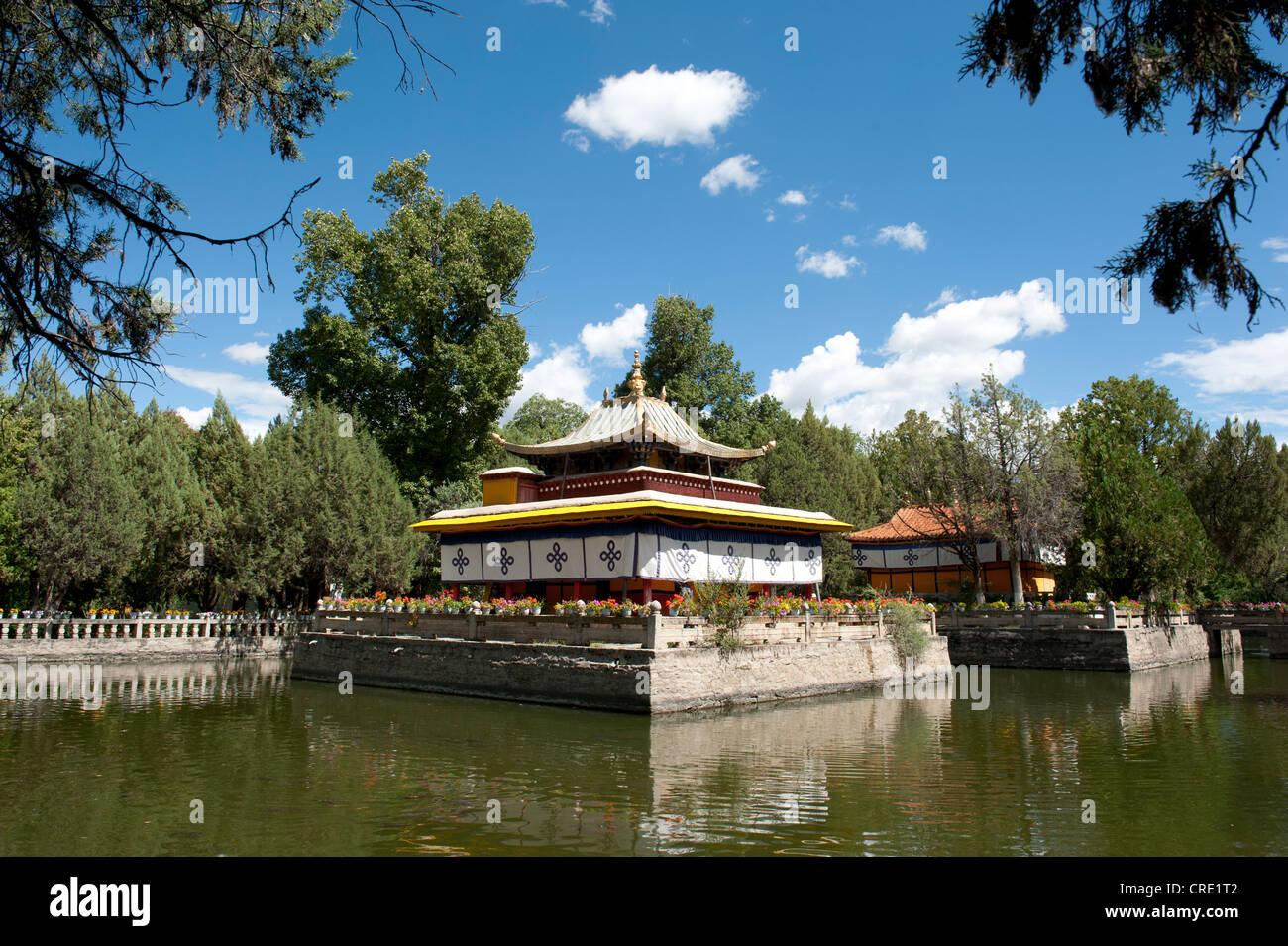 El budismo tibetano, el templo en el lago en el parque de Norbulingka, residencia de verano del Dalai Lama, Lhasa, Imagen De Stock