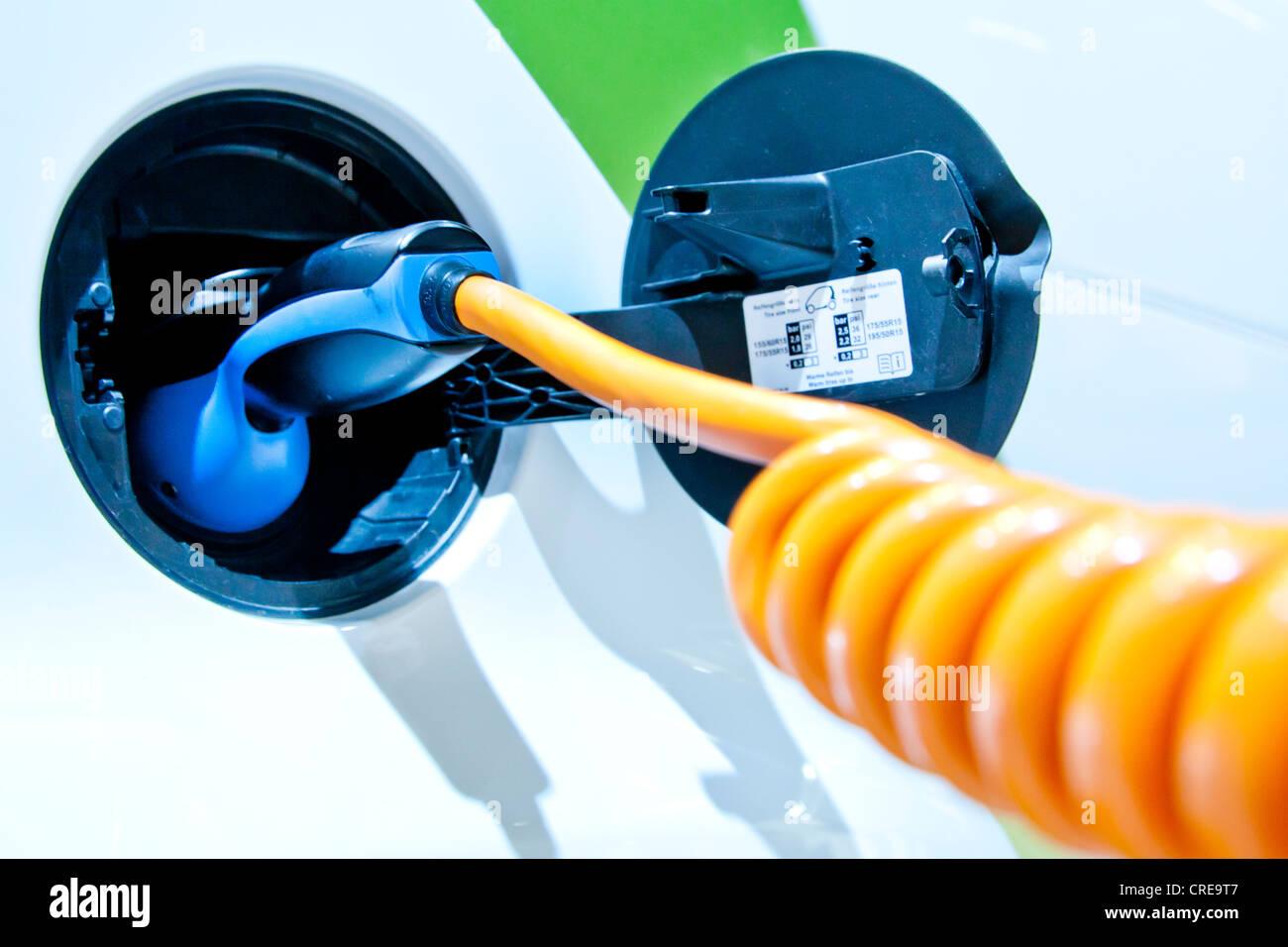 Carga con un cable de carga, en un coche eléctrico de accionamiento eléctrico E-Smart por Smart, Grupo Imagen De Stock