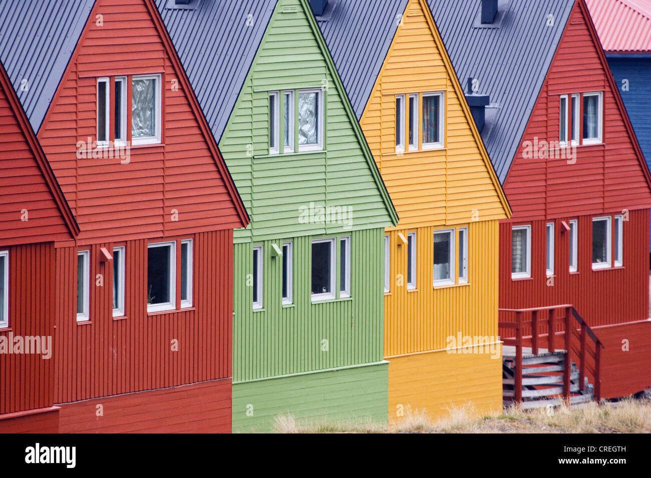 Colorful wooden houses in longyearbyen im genes de stock for Casas en noruega