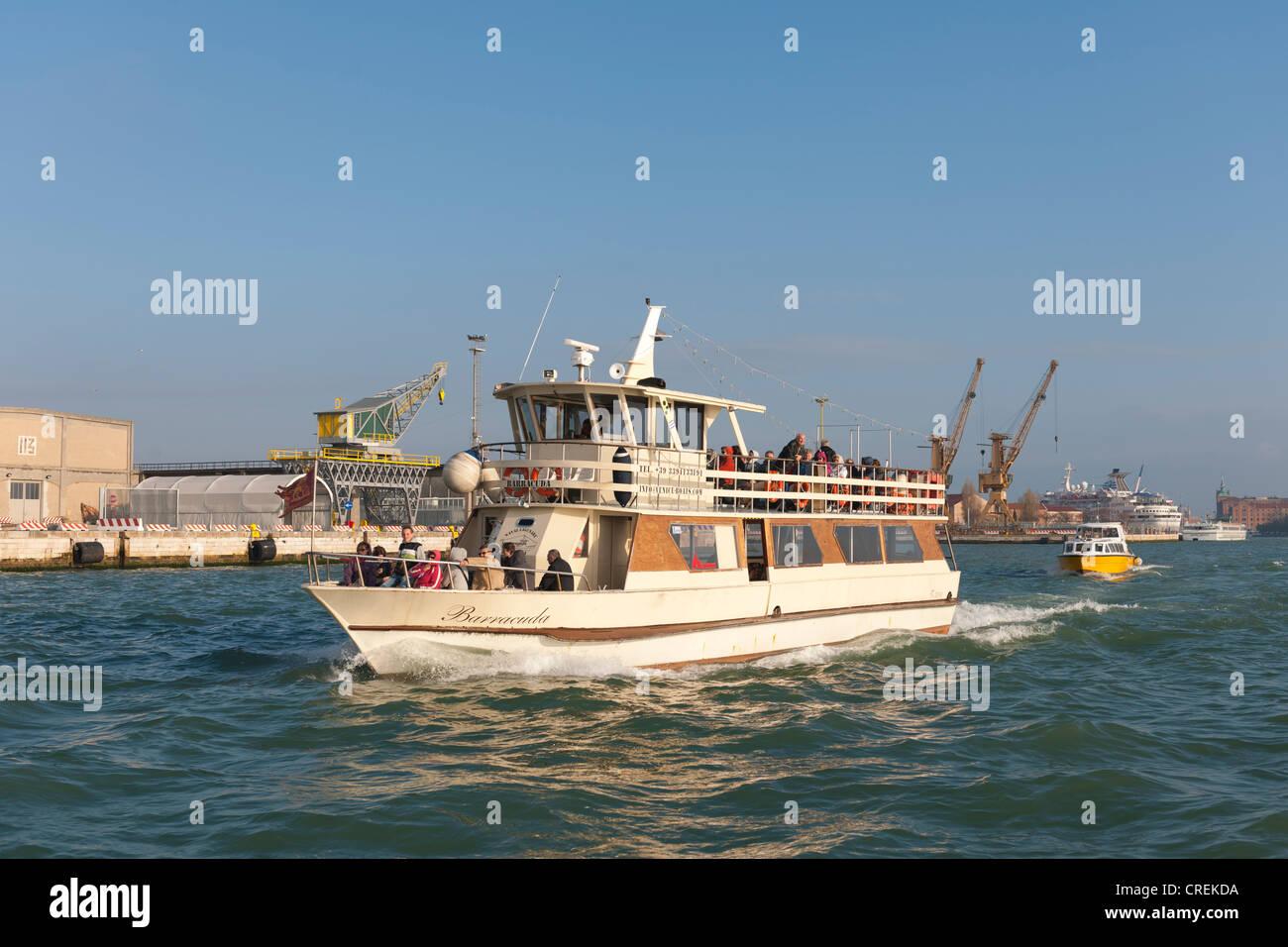 Ferry de Vaporetto conectar todas las islas de la laguna, Venecia, Véneto, Italia, en el sur de Europa Imagen De Stock