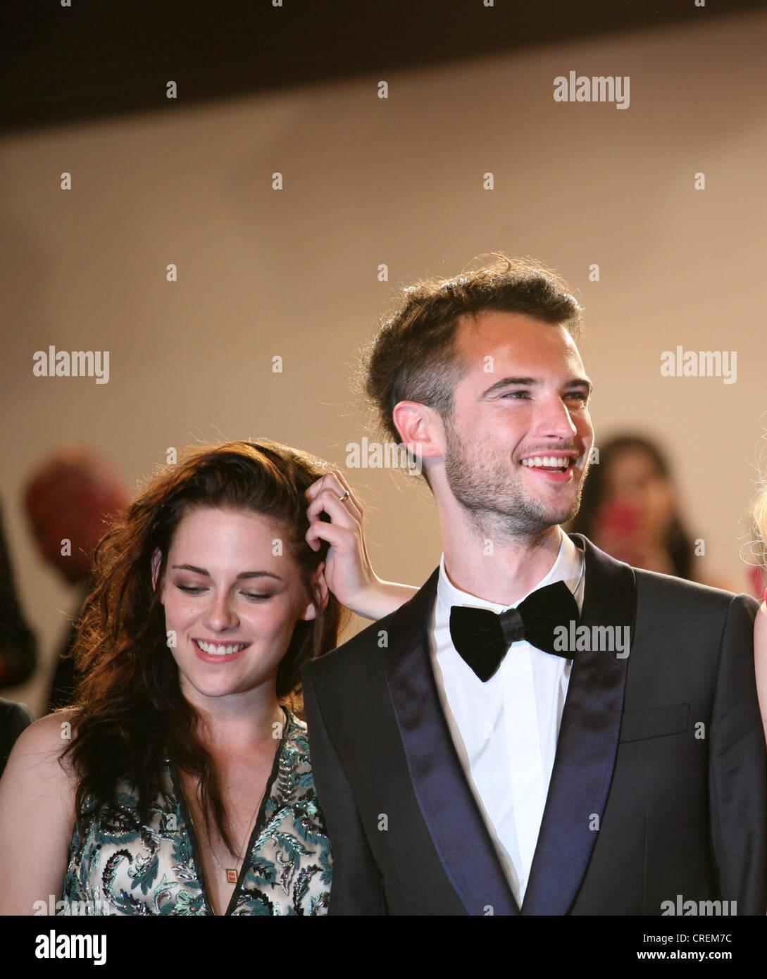 Kristen Stewart y Tom Sturridge, en el camino a la proyección de gala,  alfombra roja en la 65ª edición del Festival de Cannes en Francia.