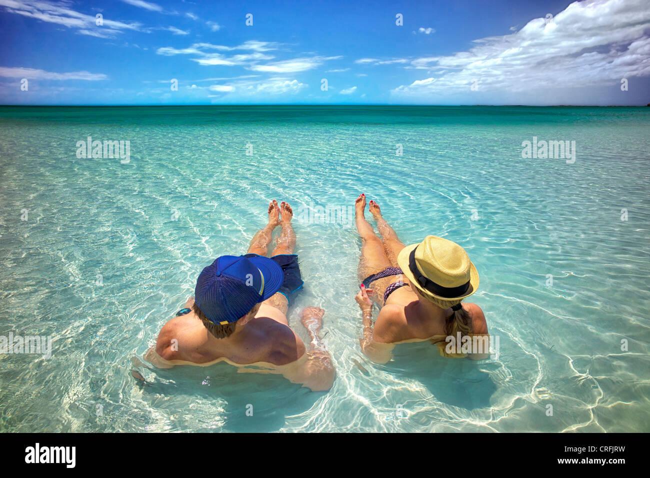 Pareja en aguas poco profundas de la Bahía de Sapodilla. Providenciales. Las Islas Turcas y Caicos. Foto de stock