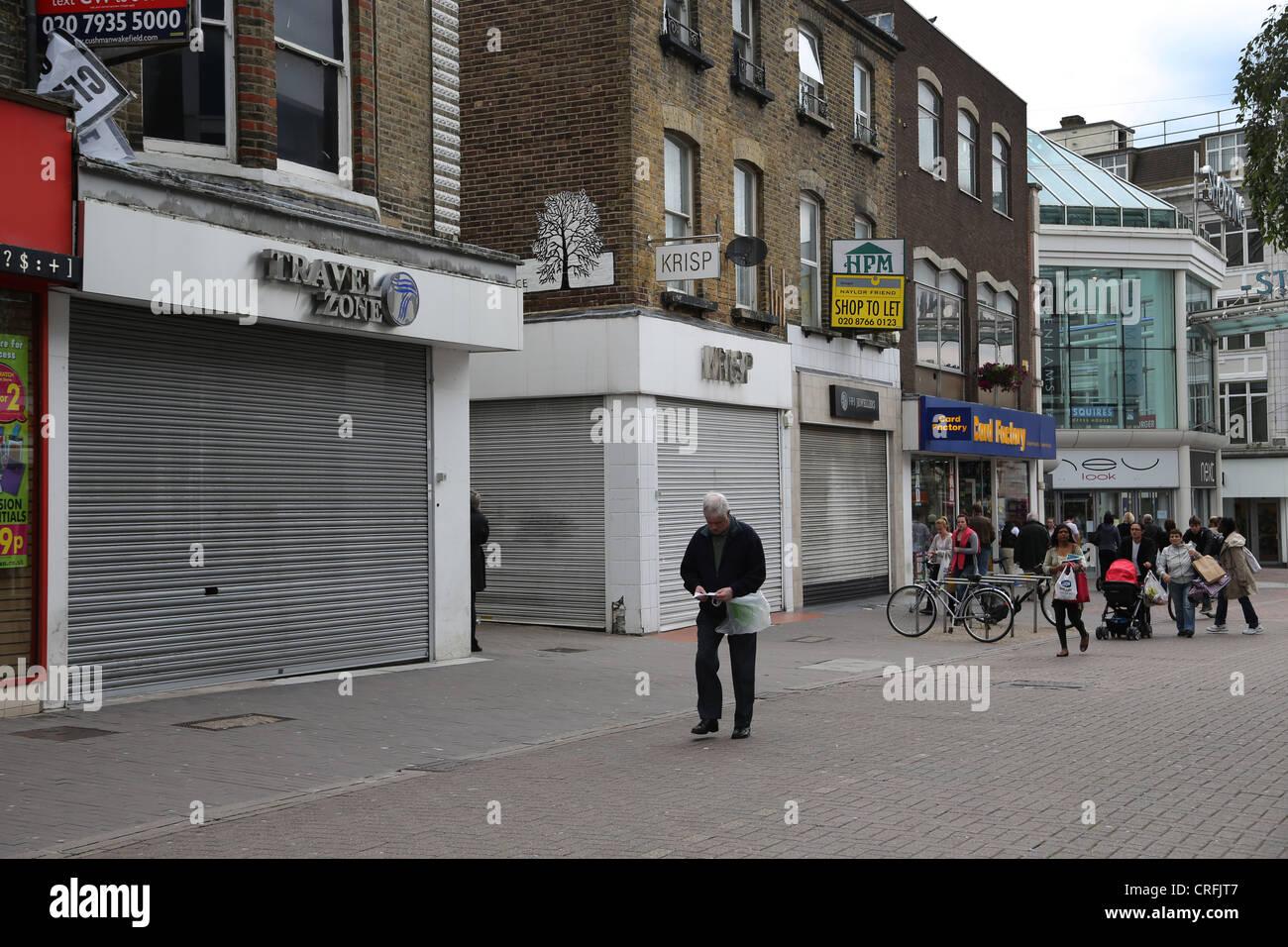 Surrey, Inglaterra Sutton High Street tres tiendas vacías en una fila cerrada debido a la recesión Foto de stock