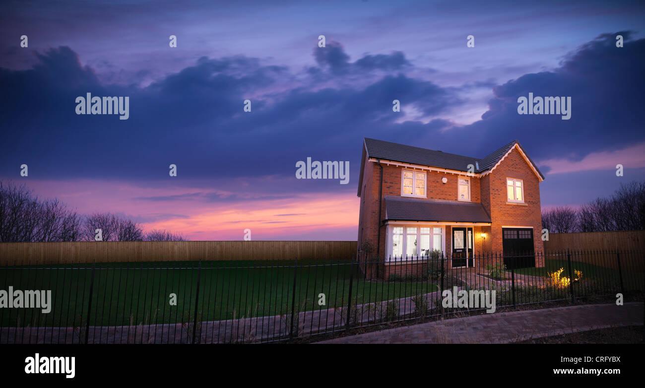 Casa de ladrillo contra el cielo del atardecer Imagen De Stock