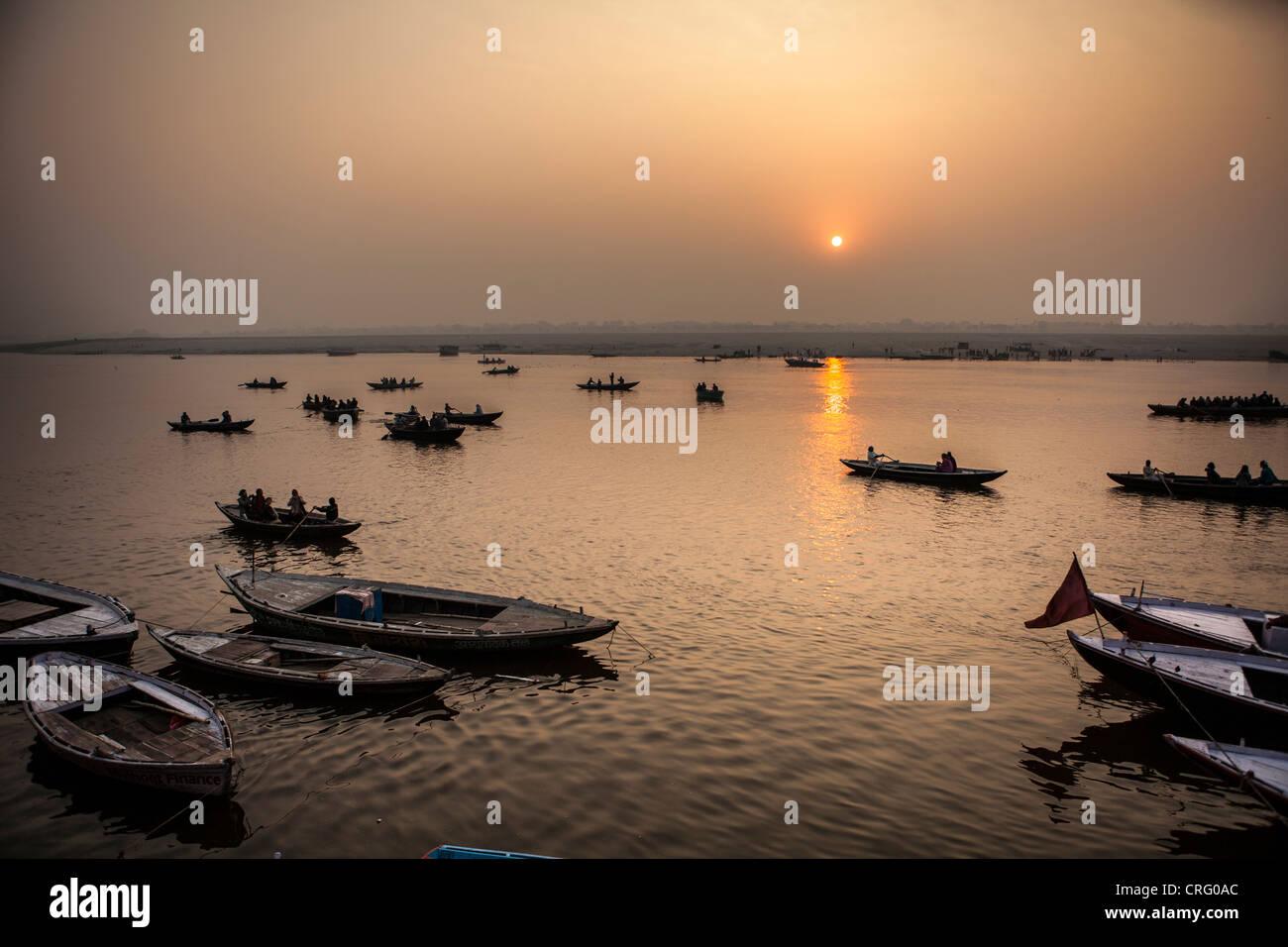 El paisaje de un amanecer en el río Ganga (Ganges), Varanasi, Uttar Pradesh, India Imagen De Stock