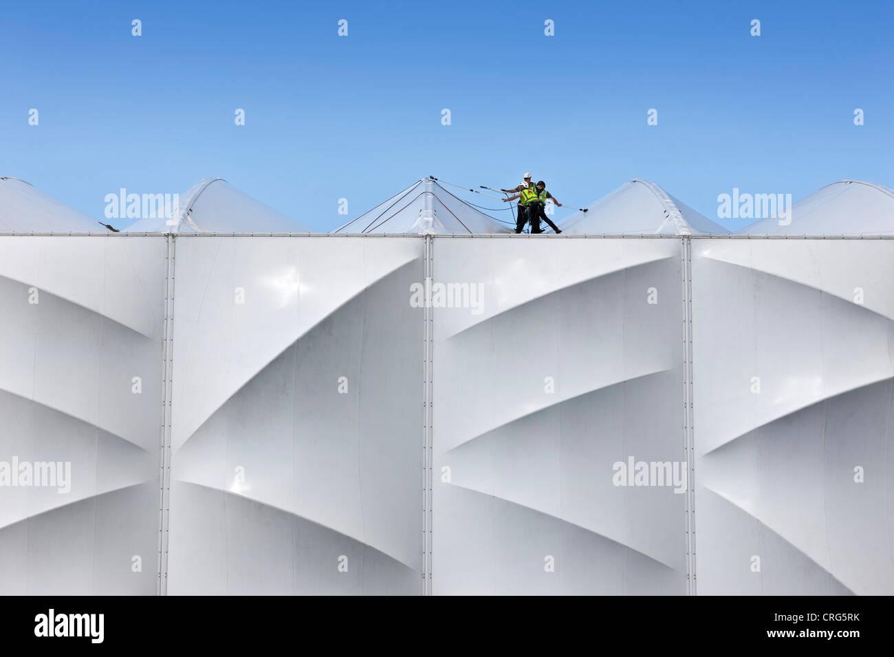 Los trabajadores de la construcción de la limpieza de la arena de baloncesto en el Parque Olímpico de Imagen De Stock
