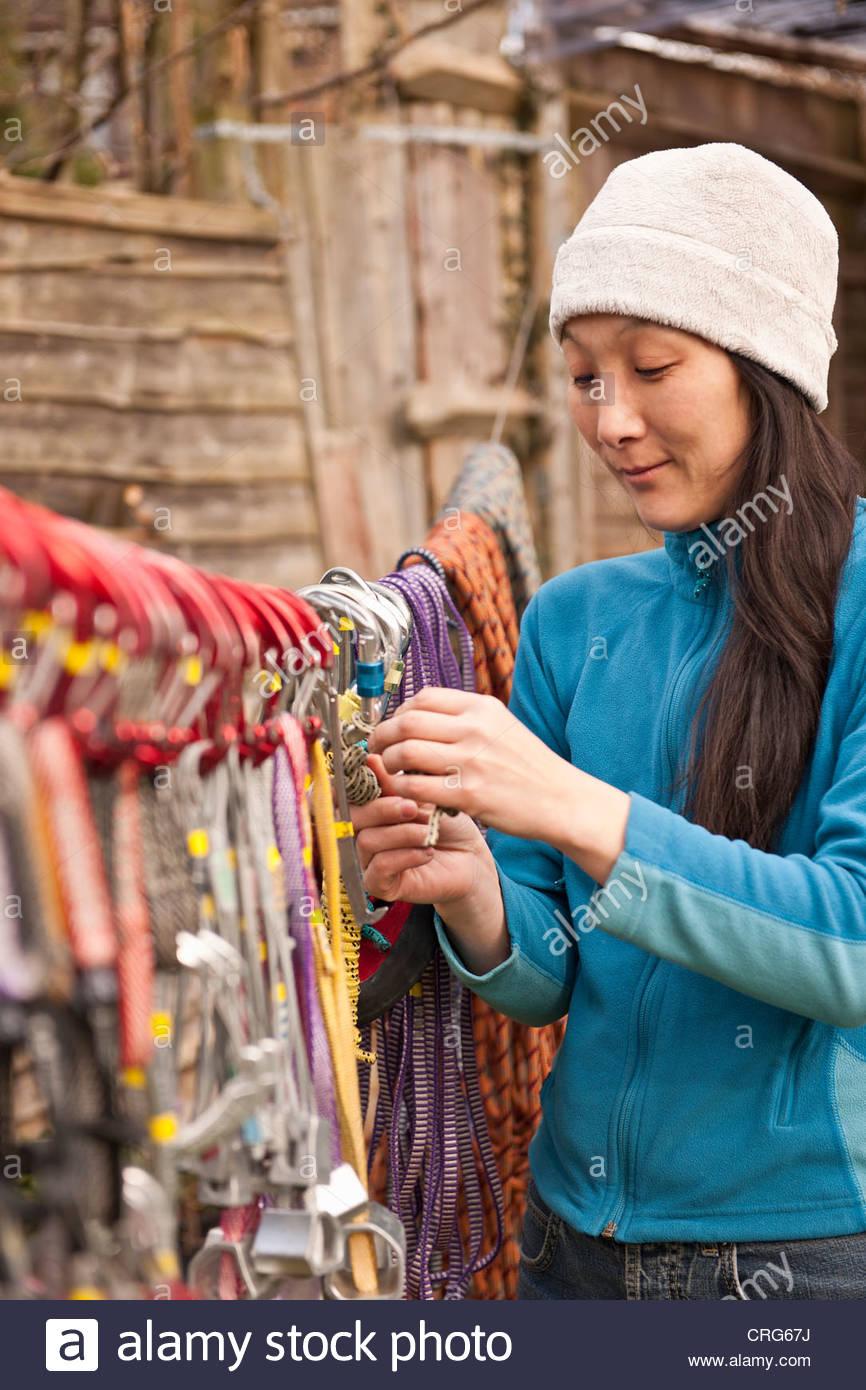 Caminante colgando cuerdas de escalada en la línea Imagen De Stock