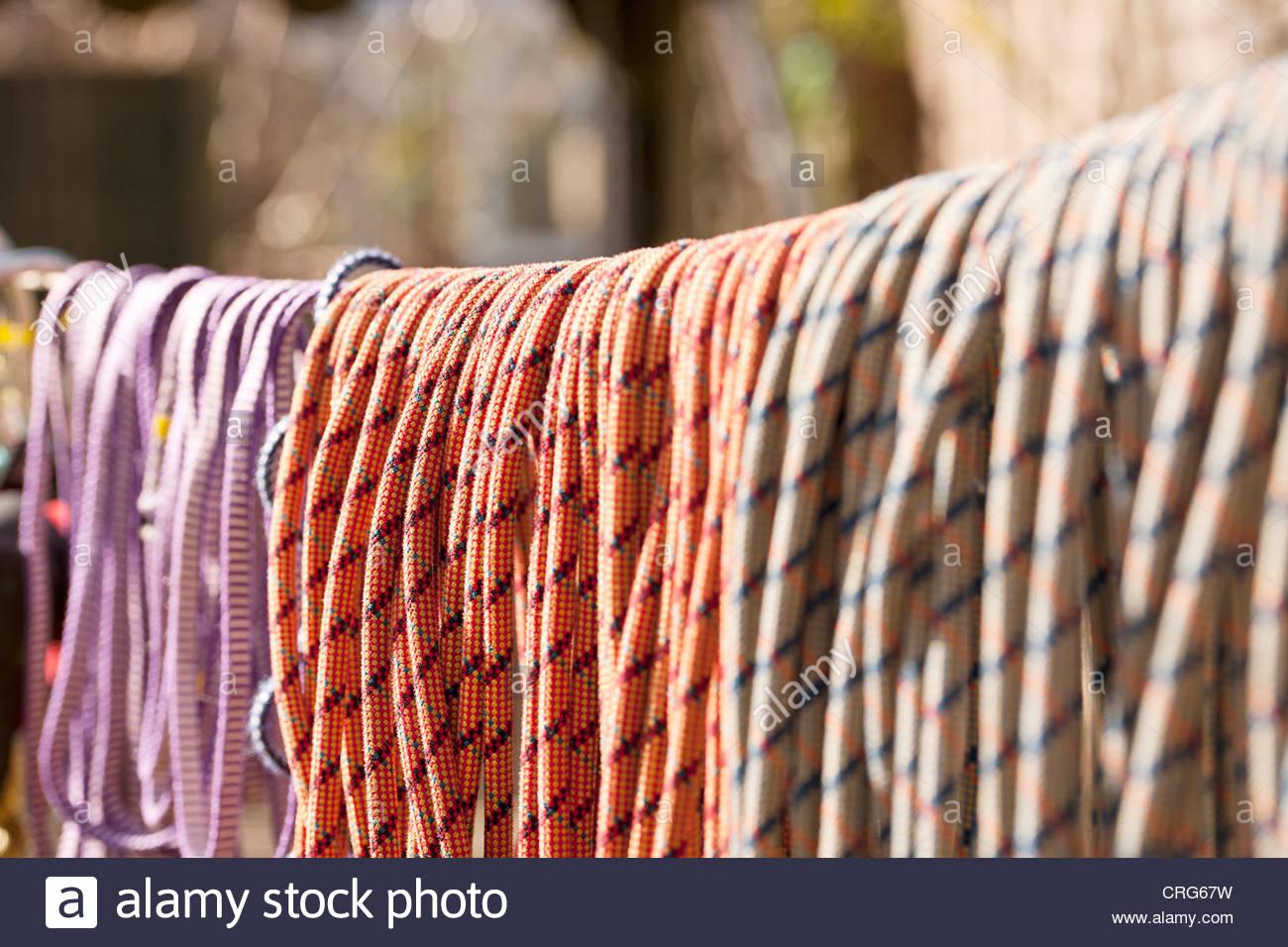 Cerca de cuerdas de escalada en la línea Imagen De Stock