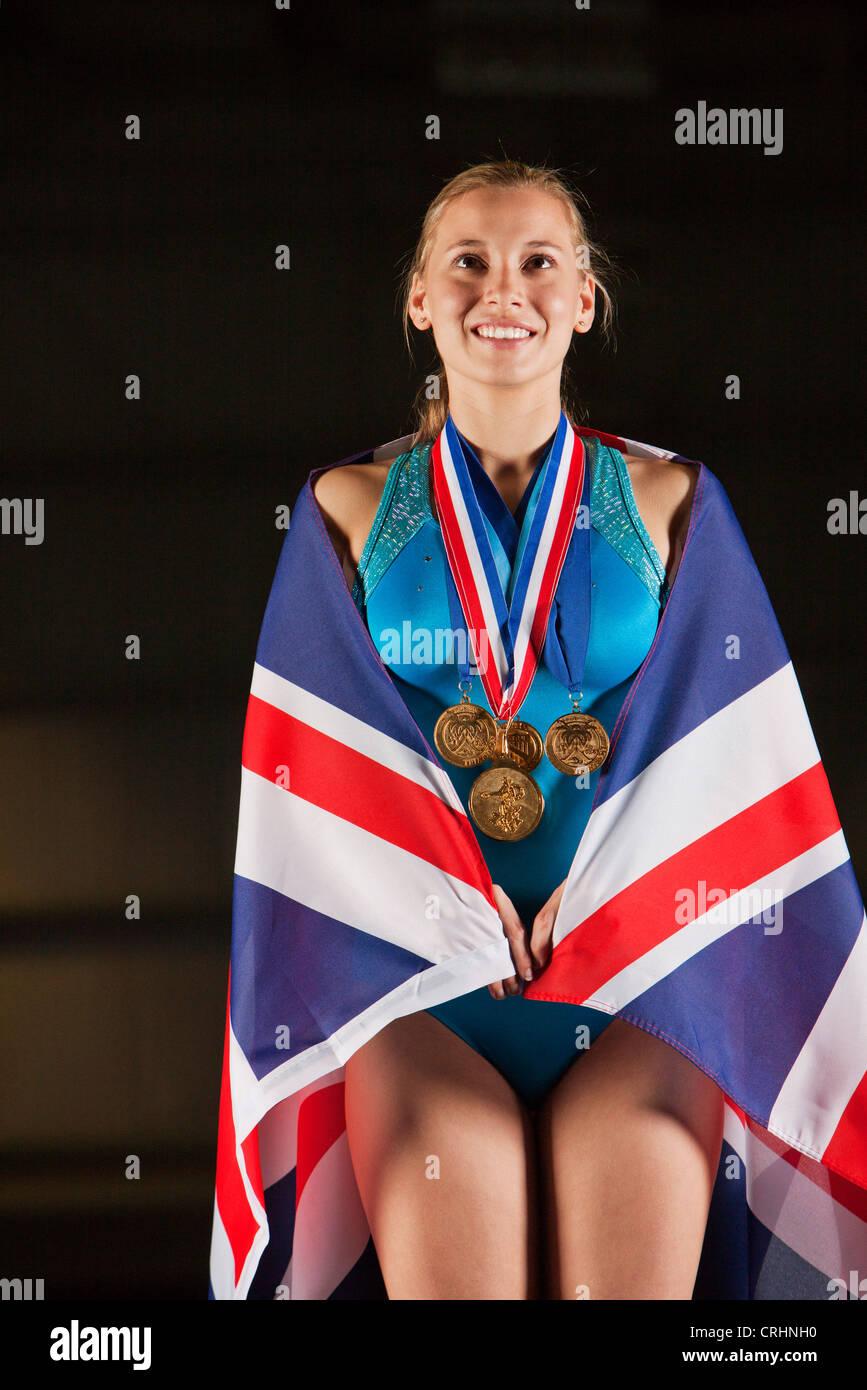 Medallista de gimnasia femenina vestidos de bandera británica Imagen De Stock