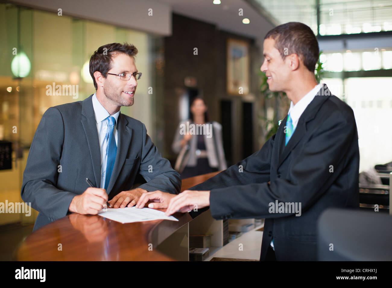 El empresario de la comprobación en el hotel Imagen De Stock