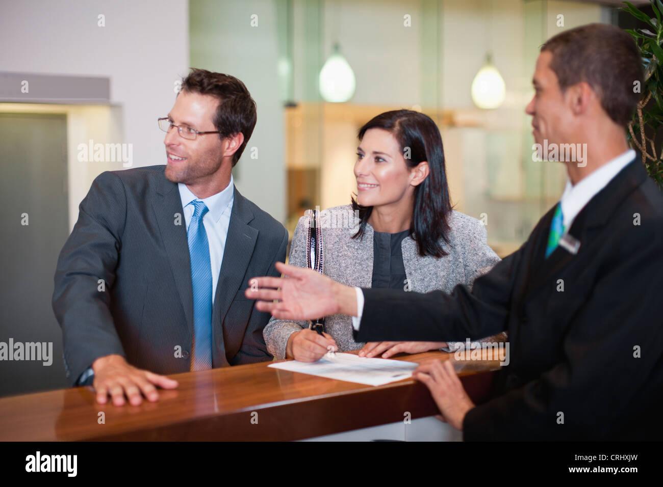 Comprobación de la gente de negocios en el hotel Imagen De Stock