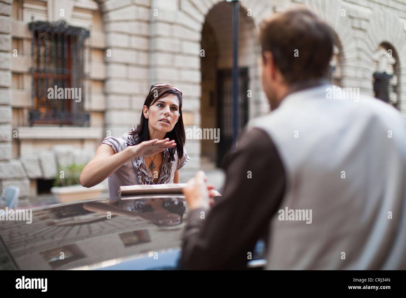 Pareja discutir sobre sports car Imagen De Stock