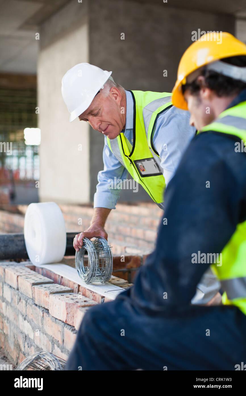 Trabajador de la construcción en el sitio de construcción Imagen De Stock