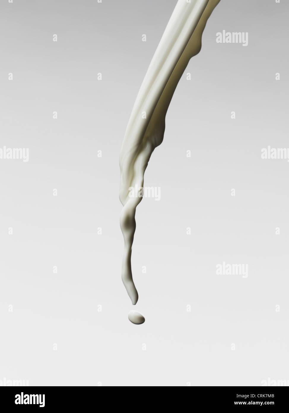 Cerca de verter la leche Imagen De Stock
