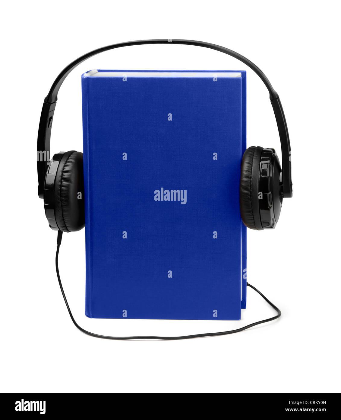 Audiolibros concepto - Libro azul y auriculares aislado en blanco Imagen De Stock