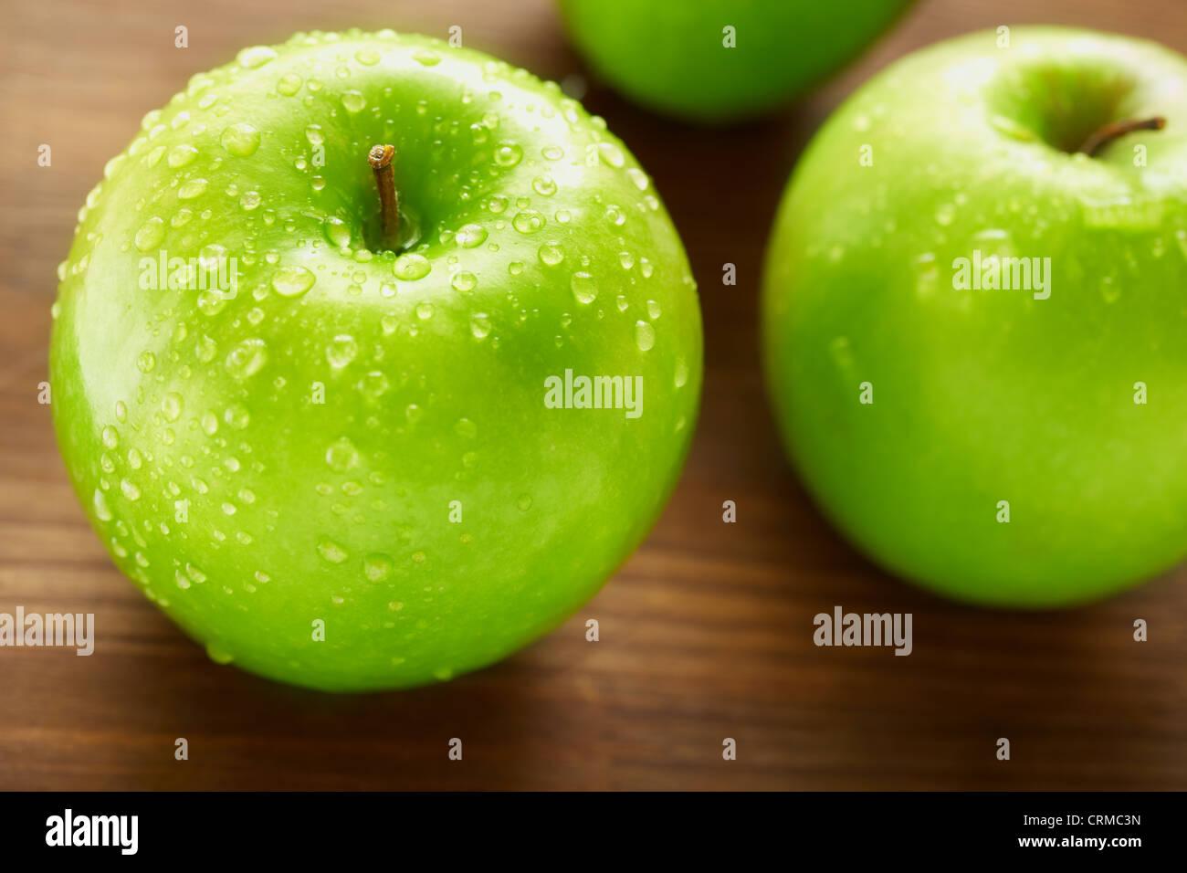 Concepto de nutrición saludable con manzanas en la mesa de madera, el enfoque selectivo Imagen De Stock