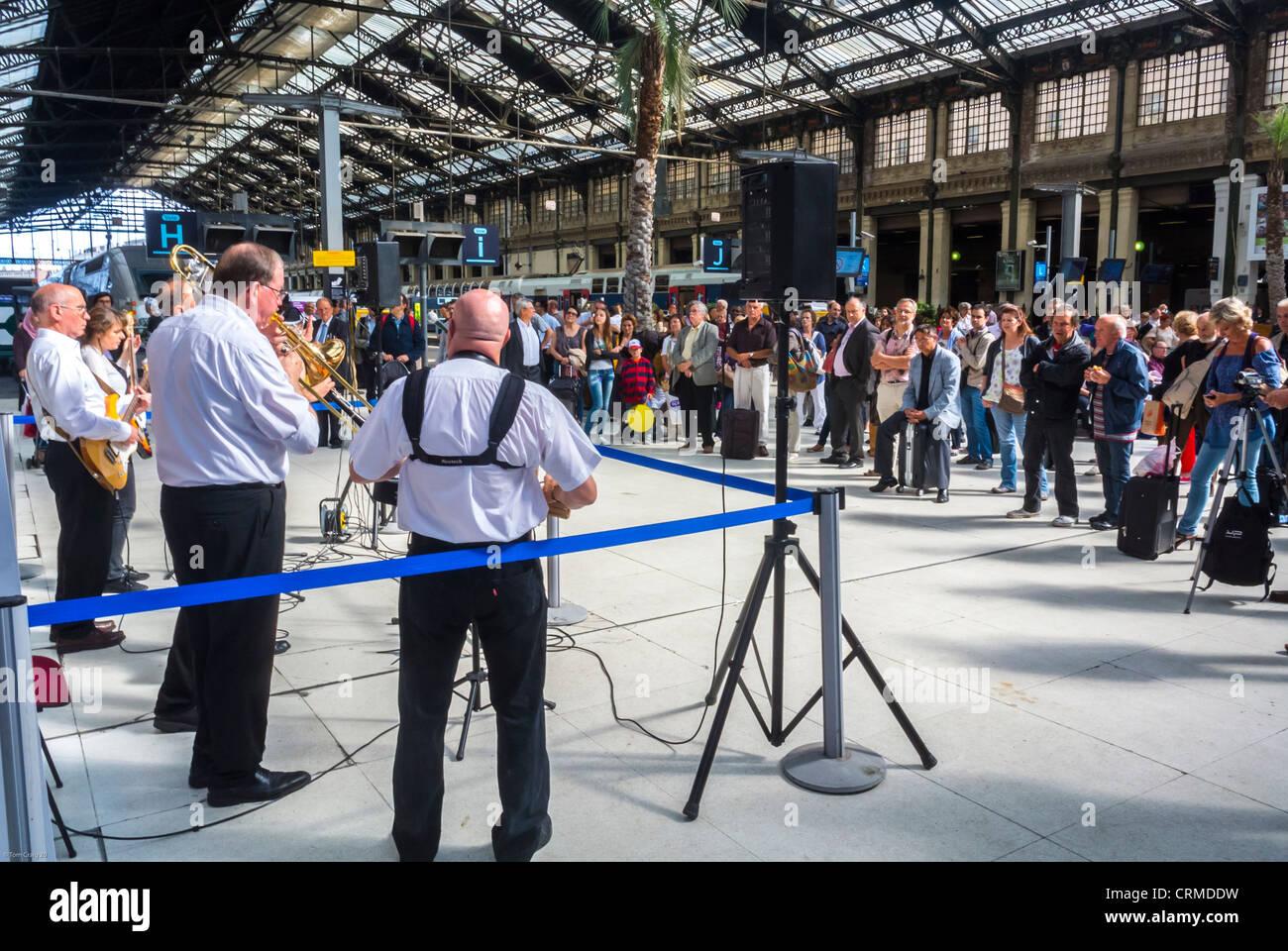 París, Francia, gran audiencia, en New Orleans Jazz Band, Orquesta de realizar en la estación de tren, Imagen De Stock
