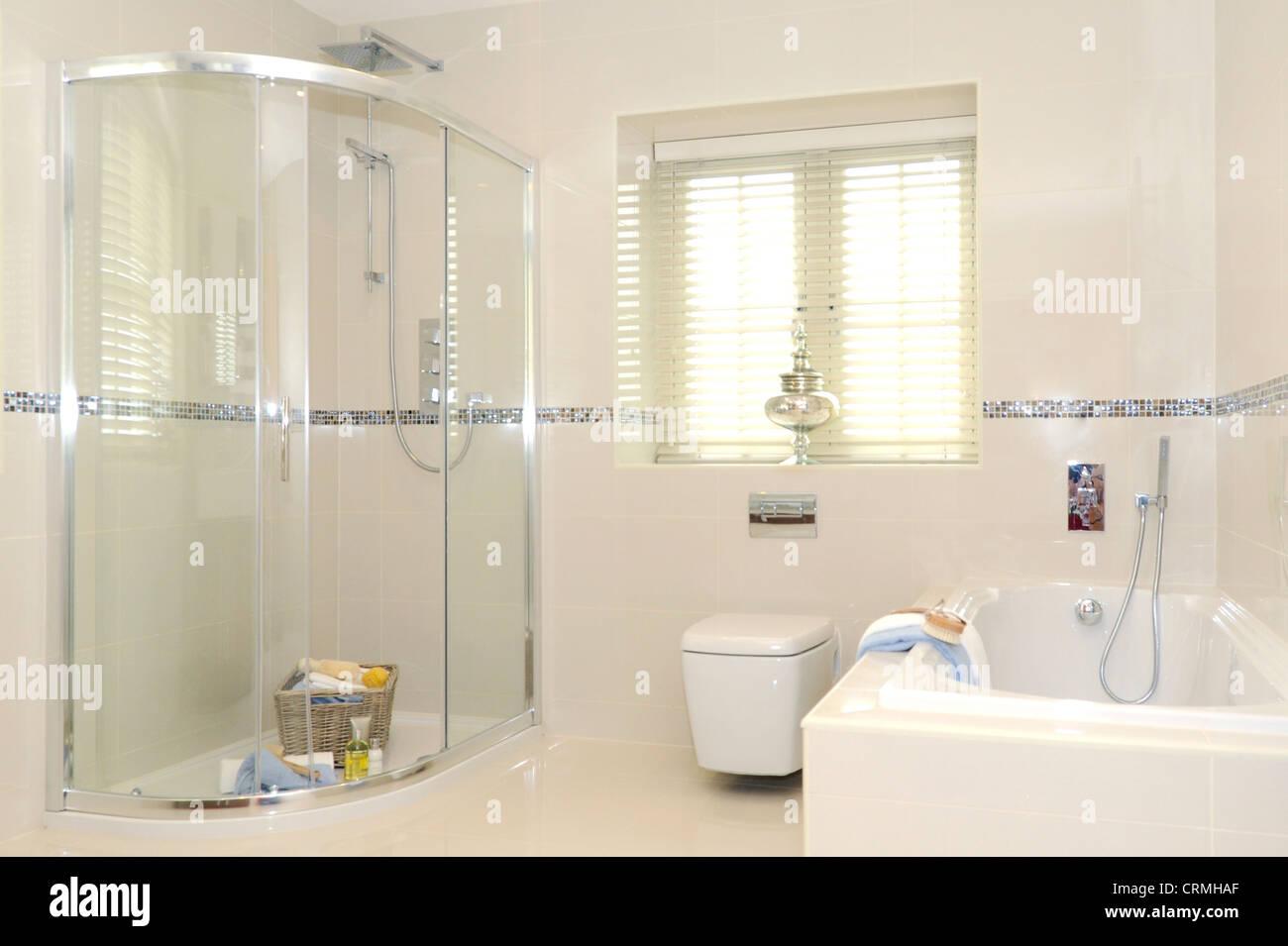 Un cuarto de baño con ducha de calidad y alojamiento, aseo y baño ...