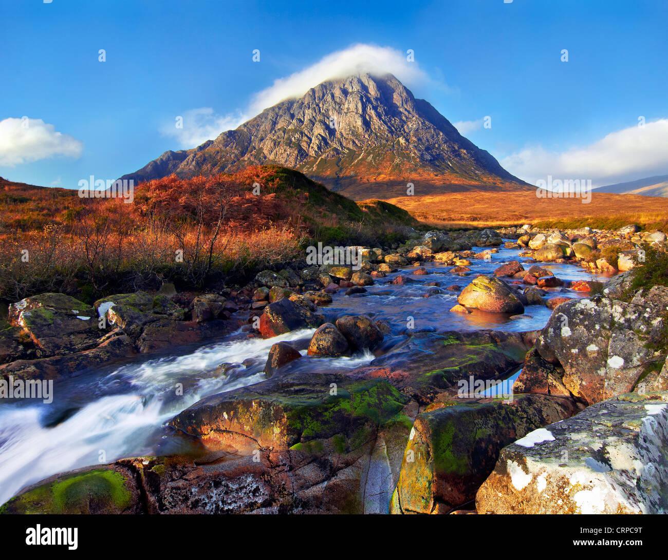 Vistas sobre el río Etive hacia Buachaille Etive Mor, una de las más reconocibles montañas en Escocia. Foto de stock