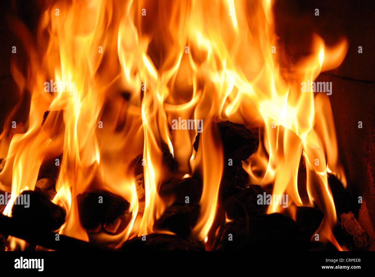 Un fuego de carbón doméstico Imagen De Stock