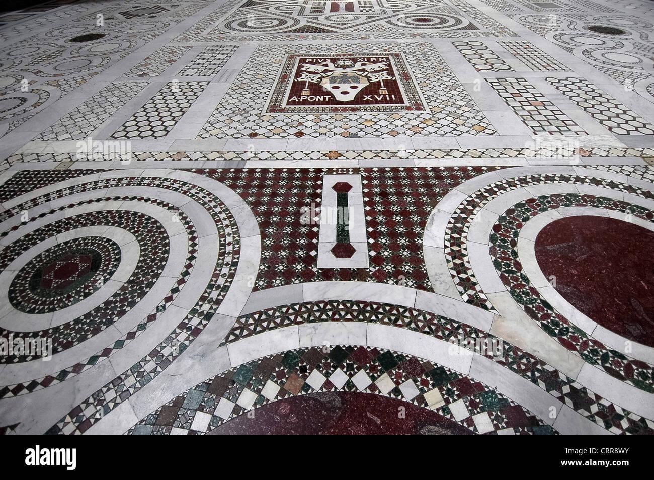 Europa Italia Lacio Lacio Roma Basílica de San Juan de Letrán o San Giovanni in Laterano el suelo de mármol Imagen De Stock