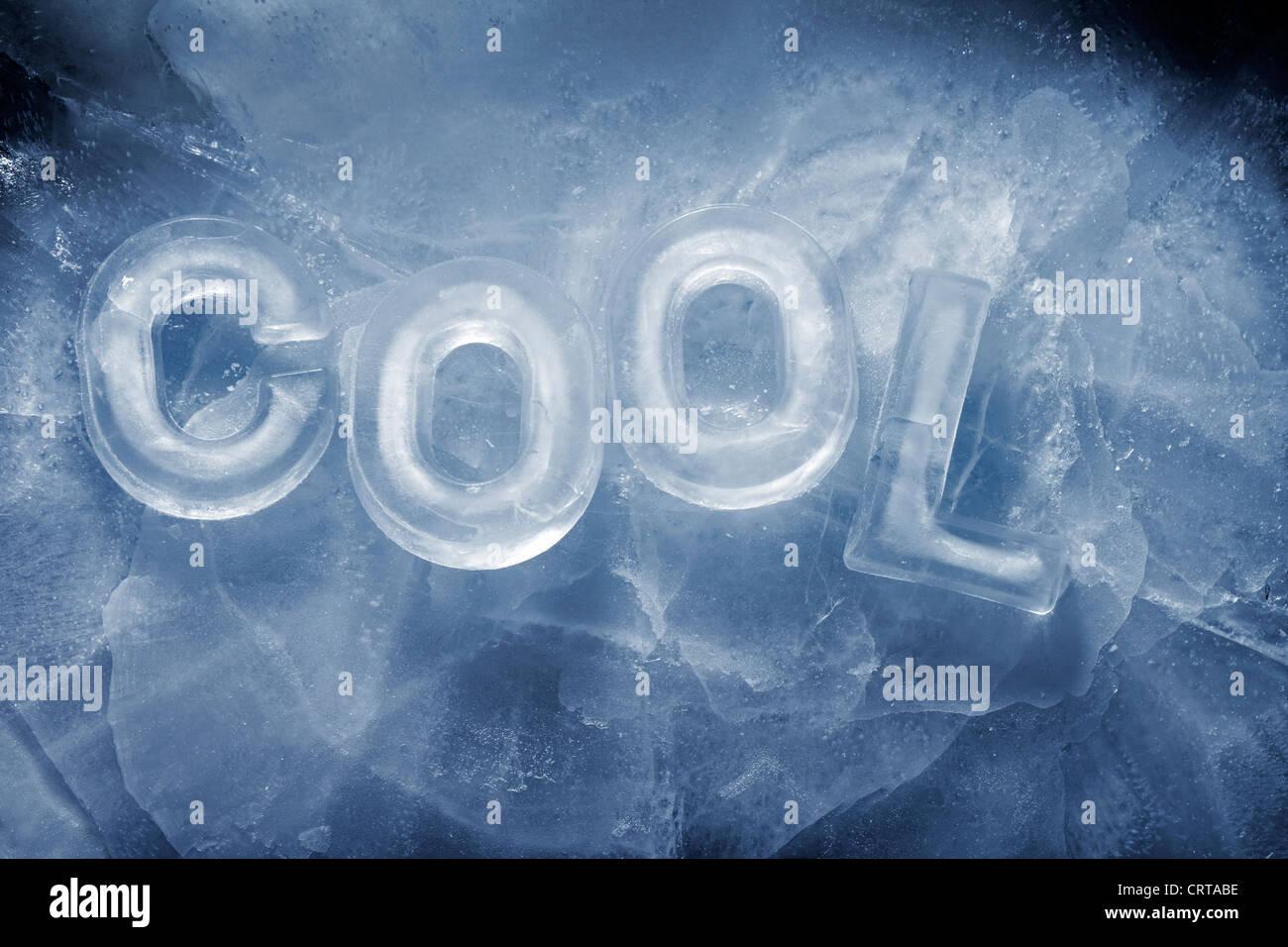 """La palabra """"Cool"""", escrito con letras de hielo real. Imagen De Stock"""