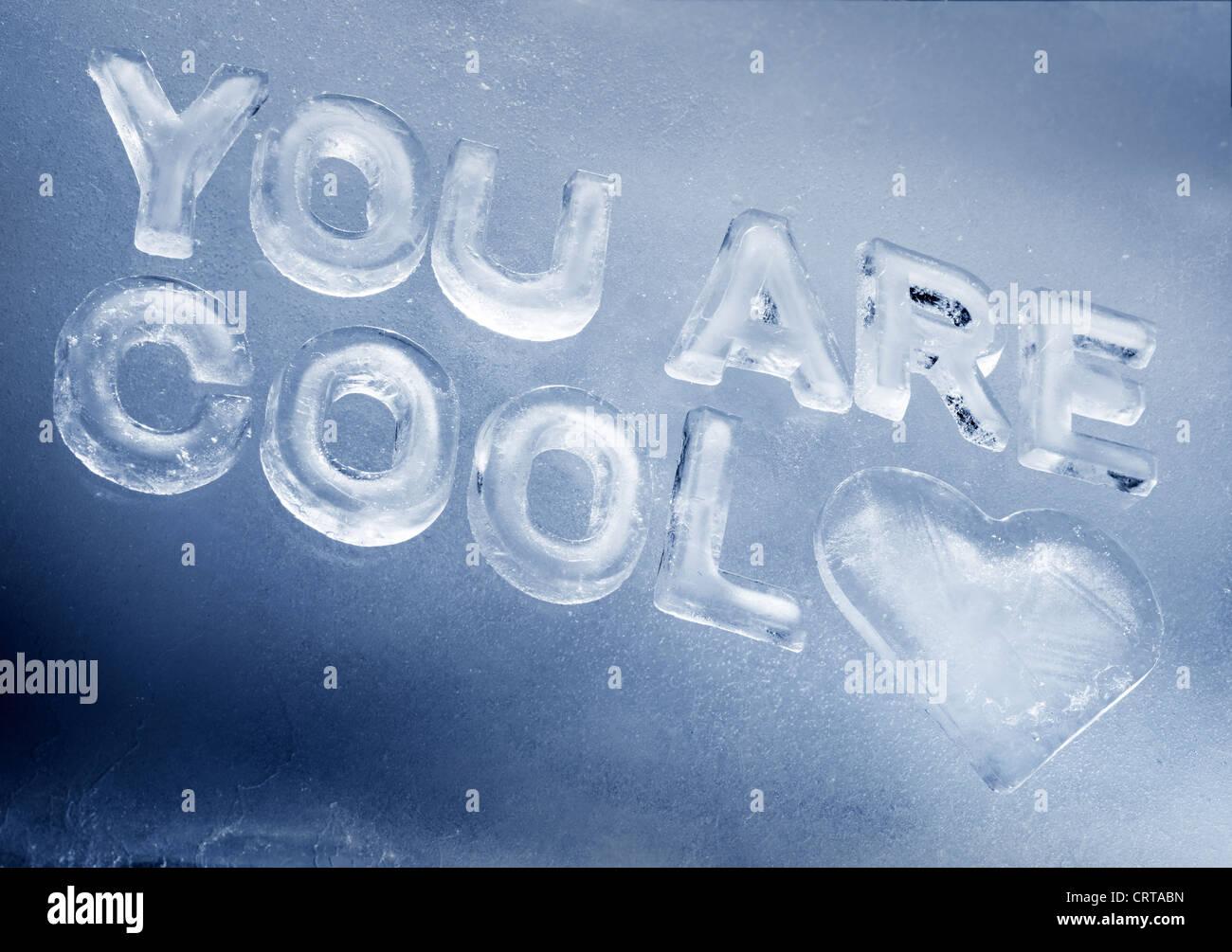 'Cool' está escrito con letras de hielo real. Imagen De Stock