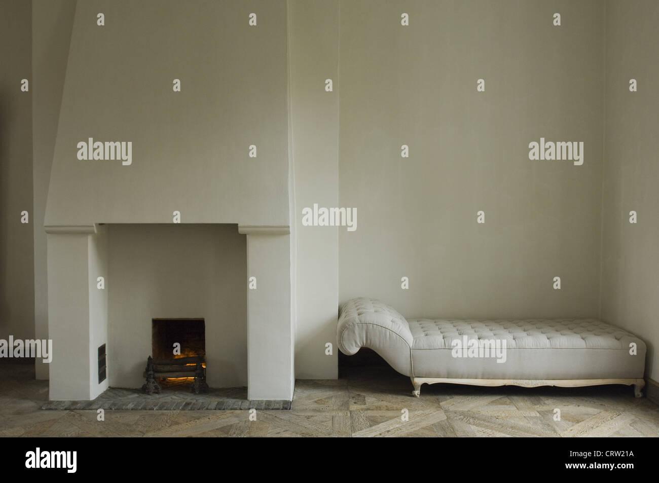 Chimenea y sofá Imagen De Stock