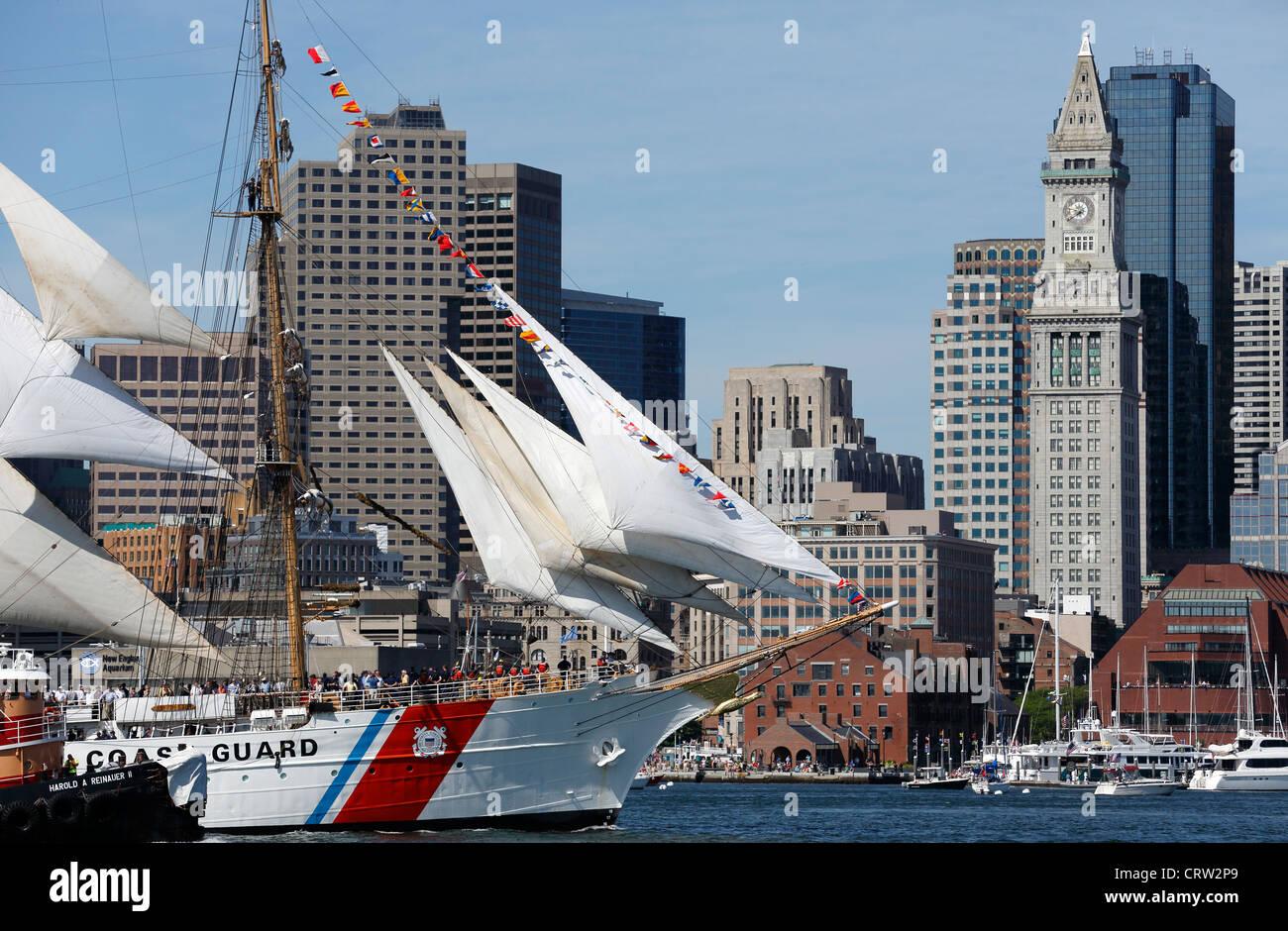US Coast Guard Tall Ship Eagle velas más allá del horizonte de Boston Foto de stock